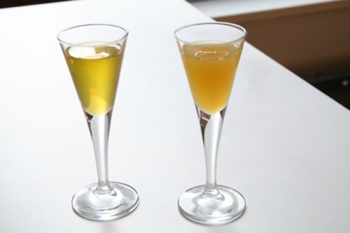 centrifuge-extracted nut oils: on the left, nut oil from sugar-dosed nut purée; on the right, our normal nut oil